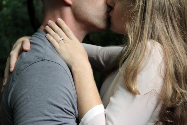 Kissing Pictures Of love Couple
