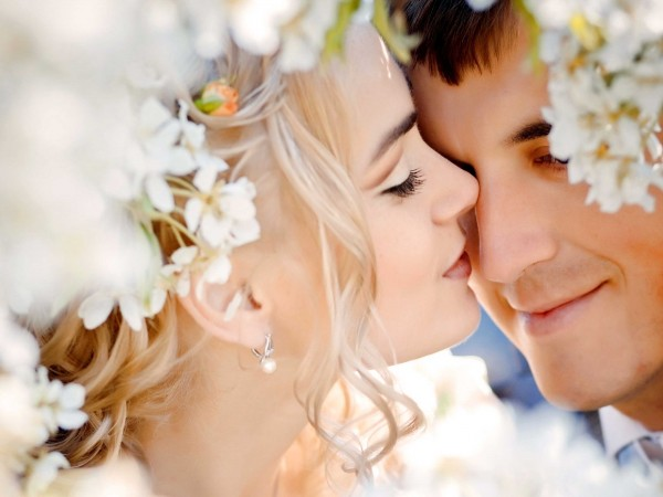 Heavenly kiss of romantic couple wallpapers